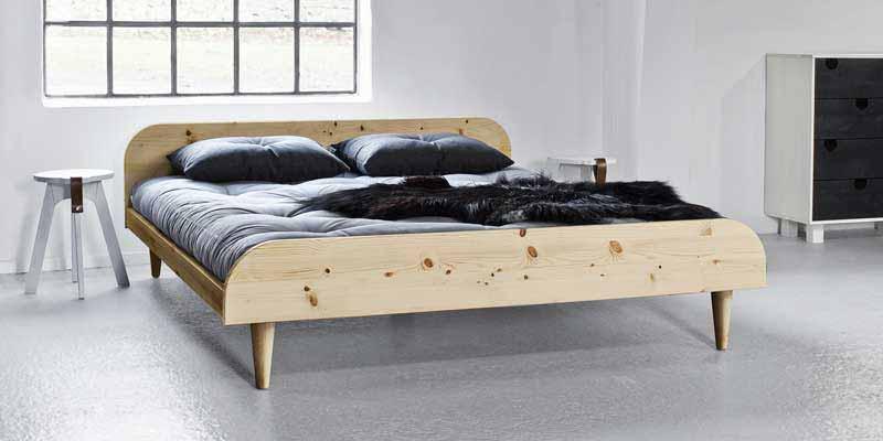 La cama Twist es una cama de diseño nórdico de lineas simples y modernas fabricada en madera maciza de pino escandinavo con certificación FSC. La cama de madera Twist está disponible en dos colores: natural o blanco satinado. Puedes elegir entre tres medidas de ancho: 140, 160 o 180 cm.