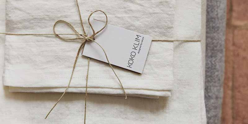 La principal diferencia entre la ropa de cama Koko Klim y la convencional es que está hecha con materias primas 100% ecológicas, trabajando las piezas una a una de manera artesanal y respetando los colores naturales de las fibras, evitando así el uso de productos químicos o tintes adicionales.