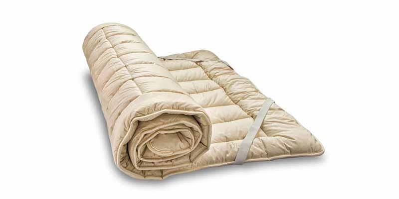Como es sabido, los toppers o cubrecolchones se colocan encima de los colchones -debajo de la sábana bajera- para aumentar la comodidad, mejorar el tacto e incluso aumentar o disminuir la rigidez de un colchón.