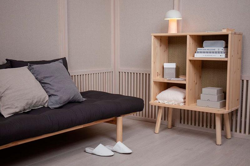 Muebles ecológicos para espacios pequeños. Camas de madera, sofás cama y decoración.
