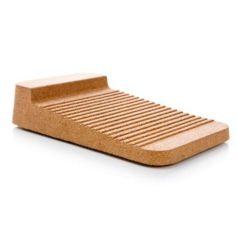 El clasificador de tablas de cocina Board Stopper está fabricado en corcho natural, es resistente al agua y su base anti-deslizante esta diseñada para repeler la humedad evitando la aparición de moho.