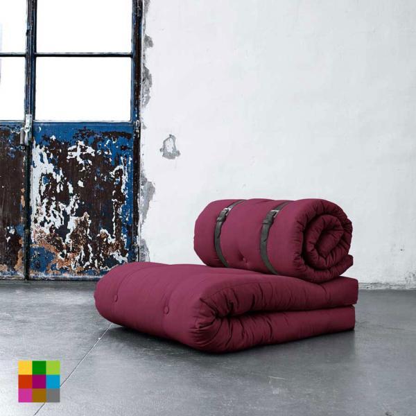 En tres sencillos pasos, el sillón Buckle-Up se convierte en cama individual: primero se despliega el futón del asiento, a continuación se desabrochan los cinturones del respaldo y, por último, se superpone sobre el futón base formando una cama.