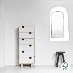 De formas rectas, incorpora seis amplios cajones para almacenar y ordenar prendas o todo lo que quieras.