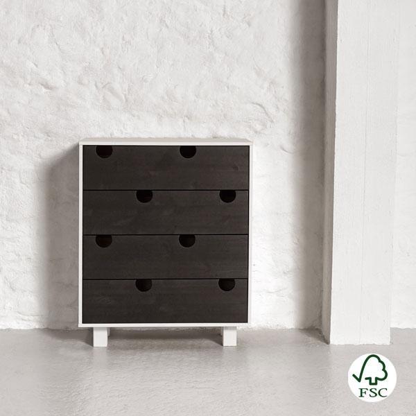 La cómoda de madera House dispone de cuatro amplios cajones para guardar ropa o cualquier tipo de objeto.