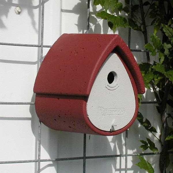 Esta caja-nido es un modelo universal para páridos, gorriones y papamoscas. El diseño de esta caja permite colgarla en la fachada o en un muro con la ayuda de un cáncamo.
