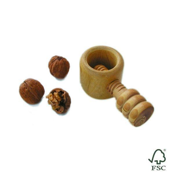 El cascanueces cocina de madera de Boj consta de dos piezas que se enroscan y unidas entre sí son capaces de partir cualquier tipo de fruto seco con cáscara.