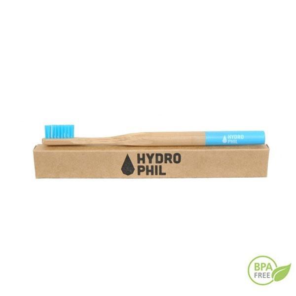 El cepillo de dientes de bambú Hydrophil azul permite la perfecta eliminación de la placa de forma efectiva sin causar daños a las encías. El cepillo se distribuye en cajas de cartón reciclado.