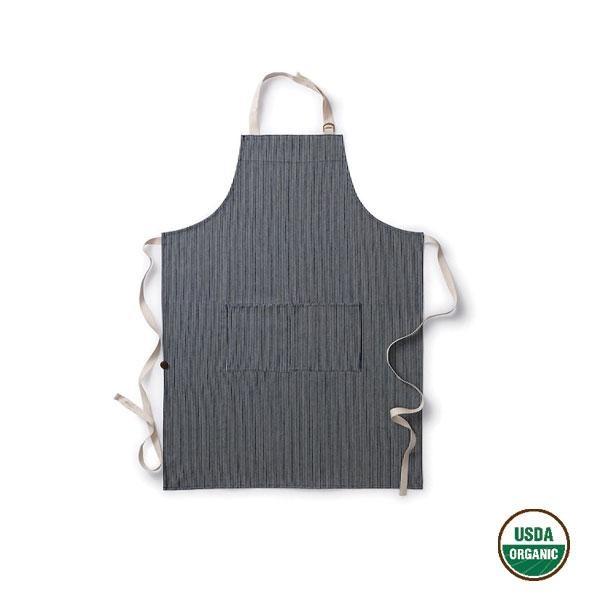 Este delantal está diseñado con una suave correa ajustable al cuello, cinturón a la altura de la cintura y cuenta con amplios bolsillos para guardar los utensilios que estemos utilizando.