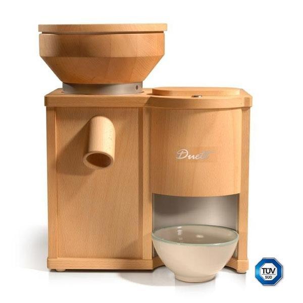 El molino Duett 100 es un molino de 15 kg de peso. La tolva del molino de harina puede albergar hasta 1,4 kg de grano y la tolva del molino de copos 0,2 kg. Las piedras para moler son de corindón.
