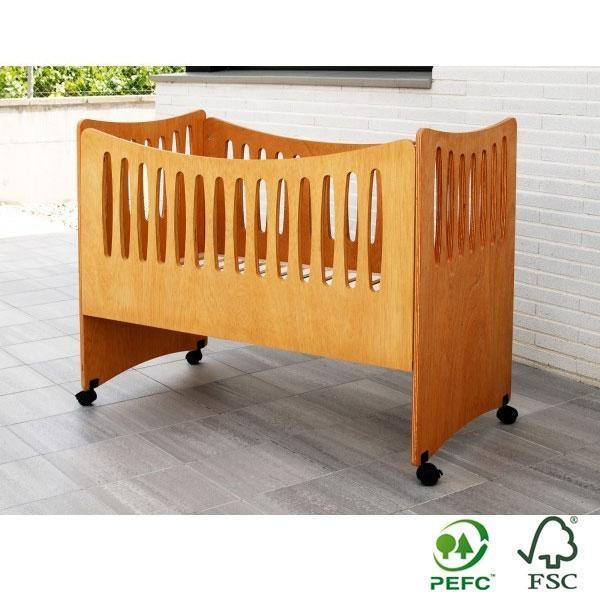 La cuna colecho Eco Bressol es una cuna sidecar para colecho, que además puedes convertir fácilmente (añadiéndole la baranda lateral) en una cuna individual para el bebé.