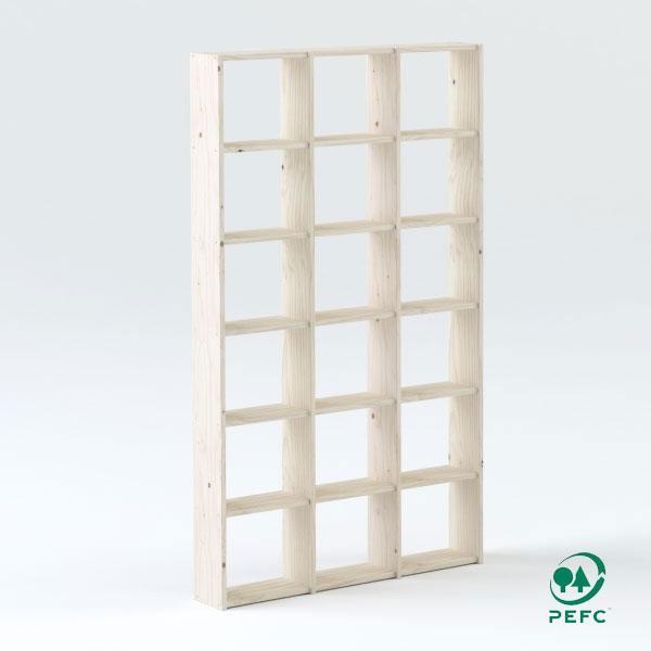 La estantería cubo está fabricada en madera maciza de pino de máxima calidad con certificación PEFEC proveniente de bosques del norte de la península.