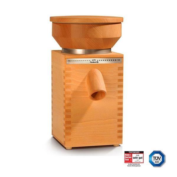 Fidibus XL Plus de Komo es un molino de 11,6 kg de peso. Su tolva puede albergar hasta 1,2 kg de grano. Las piedras para moler son de corindón y el motor optimizado desarrolla 600W de potencia durante largos periodos de tiempo.