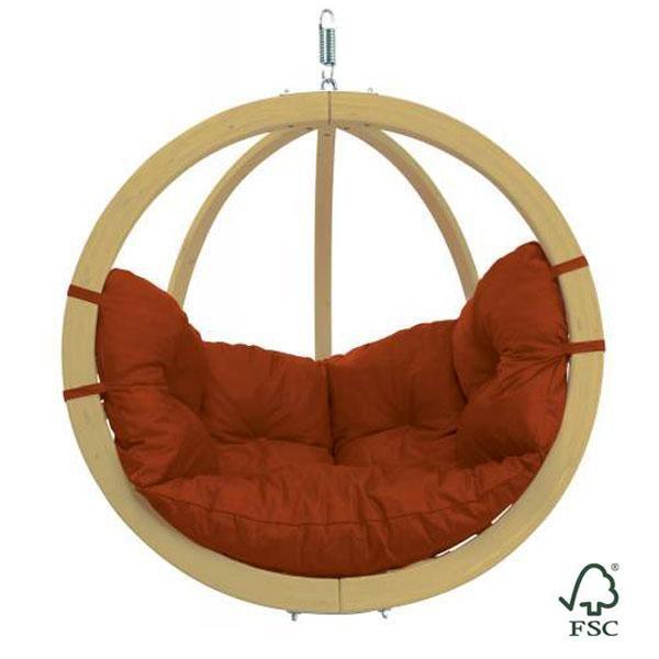 La Silla-Hamaca Globo Terracota puedes colgarla de un árbol, de una viga o sujetarla al soporte de madera (no incluido).