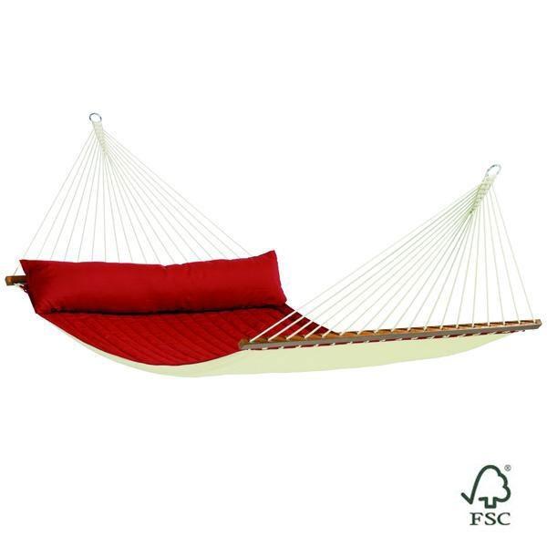 La Hamaca de barras doble Alabama roja está fabricada con tejido acolchado e incluye también un cojín alargado del mismo color que la hamaca.