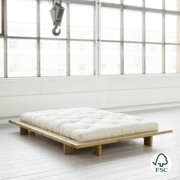 La cama Jaka está fabricada con madera maciza obtenida de bosques de tala sostenible