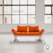 El diván cama Bebop naranja es perfecto para combinar en cualquier tipo de ambiente, está fabricado con madera de pino macizo escandinavo de tala certificada FSC.