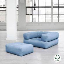 El sillón cama Cube azul celeste tiene un diseño juvenil y es muy resistente gracias a sus botones de costura.