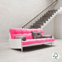 El sofá cama Indie magenta es un sofá de tres plazas con estructura de madera maciza.