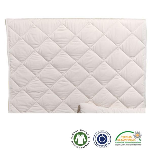 La funda, hecha de suave algodón satén, está cosida con el relleno mediante una costura en forma de diamante. El color de este edredón natural para bebés es el que nos ofrecen las fibras en su estado natural