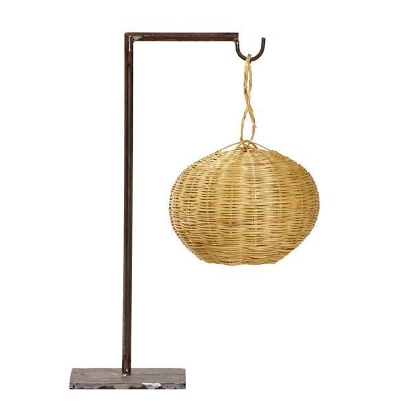 Lámpara de sobremesa Figuera fabricada con un material sobrio y sin complejos como es el mimbre.