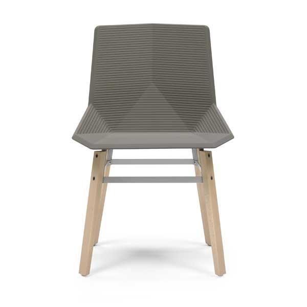 La silla Green madera tiene las patas de haya, madera certificada proveniente de bosques de tala sostenible y consta de un asiento de plástico (polipropileno) reciclado y reciclable 100%