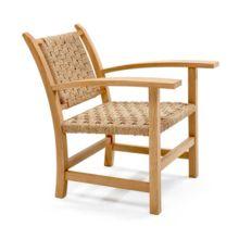 La butaca Torres Clavé es de madera de roble y el asiento y el respaldo están tejidos a mano con cuerda de fibras naturales.