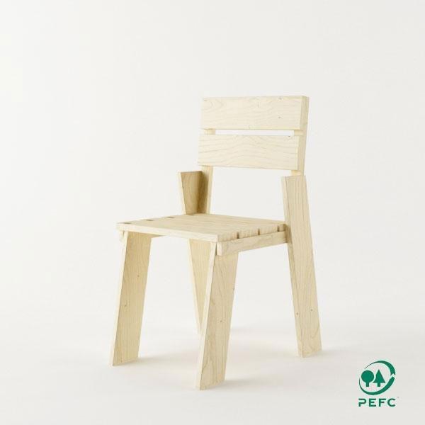 La silla de madera maciza pulida Landa: mueble ecológico y reciclable de diseño sencillo y atractivo encajará en cualquier rincón de tu hogar.
