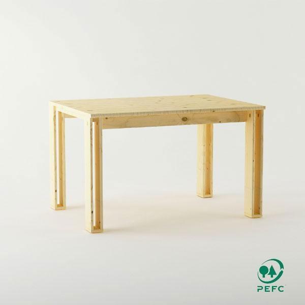 La mesa de madera maciza pulida es un mueble ecológico y reciclable de diseño sencillo y atractivo encajará en cualquier rincón de tu hogar.