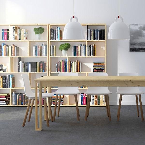La mesa de madera maciza pulida mueble ecológico y reciclable de