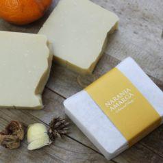 Jabón natural de naranja amarga fabricado artesanalmente con extracto de manteca de karité, aceite de oliva y extracto de naranja.