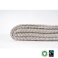 La prenda, obra de Koko Klim, es perfecta para colocarse en nuestro dormitorio complementando la ropa de cama e incluso en el sofá para acurrucarnos con ella y dejar que nos invada su suavidad.