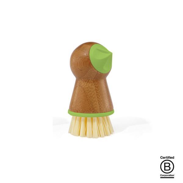 dispone de un cepillo de cerdas rígidas que nos ayudará a quitarle la tierra a la patata