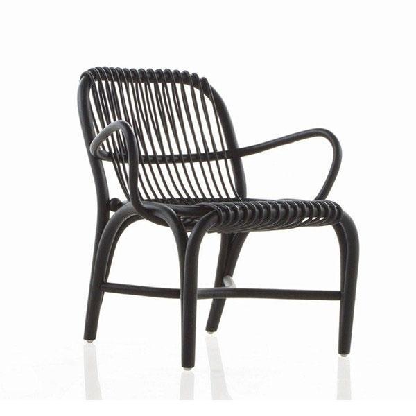 """El sillón de rattan Fontal wengué es una creación de Òscar Tusquets quién reconoce que """"el proyecto nace del deseo de recuperar el rattan como material nobilísimo y la rica tradición artesanal de nuestro país en su tratamiento"""
