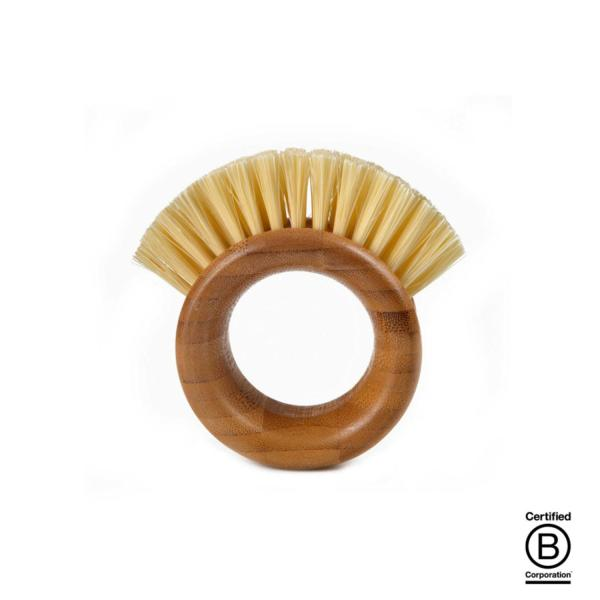 El mango en forma de aro está hecho de bambú macizo, de él brotan las cerdas de plástico reciclado sin BPA que dejarán cualquier superficie vegetal limpia y sin tierra.