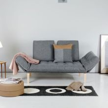 El diván cama Rollo se convierte en cama individual. Su resistencia, comodidad y versatilidad lo convierten en un mueble tanto para uso diario como esporádico.