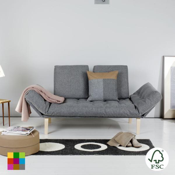 El diván-cama Rollo presenta la tapicería de todo el conjunto disponible en dos colores: gris y azul. Las patas son de madera de roble clara en forma cilíndrica (ver foto detalle).