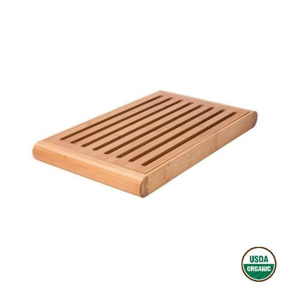 La tabla para cortar pan de bambú Gaby permite que las migas caigan al fondo gracias a su rejilla extraíble incorporada, dejando siempre limpia la superficie de corte.