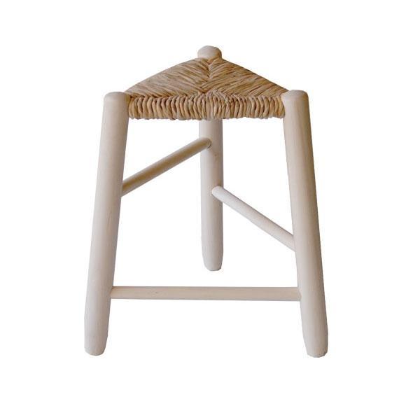 Cada taburete asiento de enea es único, está elaborado a mano de forma artesanal y para su fabricación se han utilizado únicamente materiales naturales (madera y enea).