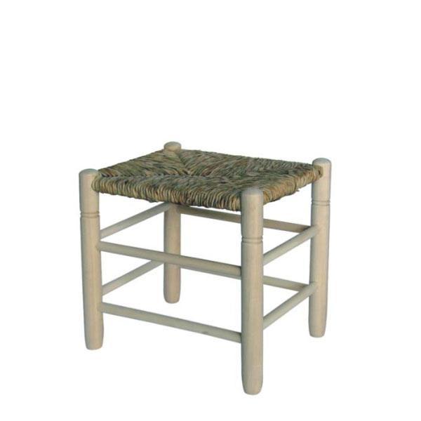 El taburete cuadrado asiento de enea es posible adquirirlo en crudo, con la madera sin tratar, barnizada con barniz transparente o pintada de blanco, rojo o negro.