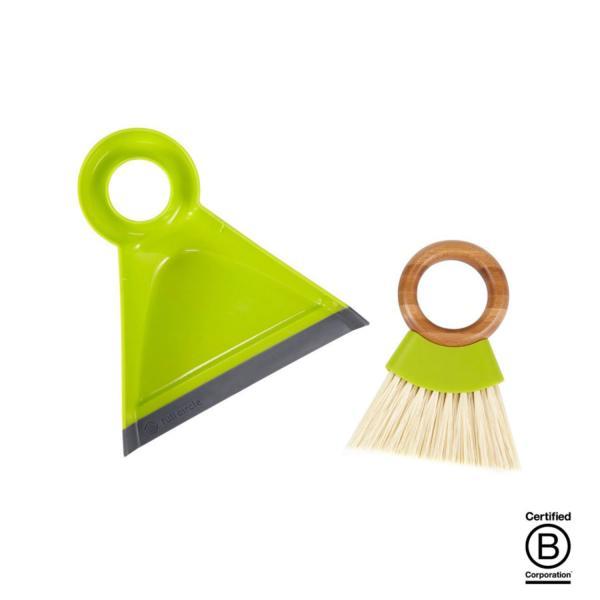 Con un diseño moderno especialmente bonito consta de un recogedor fabricado a base de plástico reciclado endurecido con lengüeta de silicona y un cepillo con mango circular de bambú y cerdas de también de plástico.