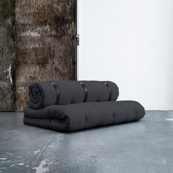 Fabricado por Karup, el sofá cama Buckle-Up es tan original como divertido y está disponible en color gris oscuro.