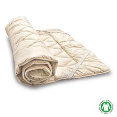 El topper se fija a la superficie del colchón mediante unas cintas elásticas que tiene cosidas en las esquinas. La tapicería es de algodón satinado para que el tacto sea extremadamente suave y agradable.