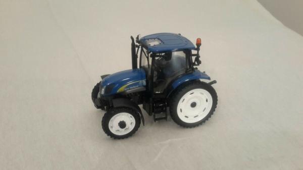 UNIVERSAL HOBBIES 1:32 Tractor NEW HOLLAND T6020 r - Ítem1
