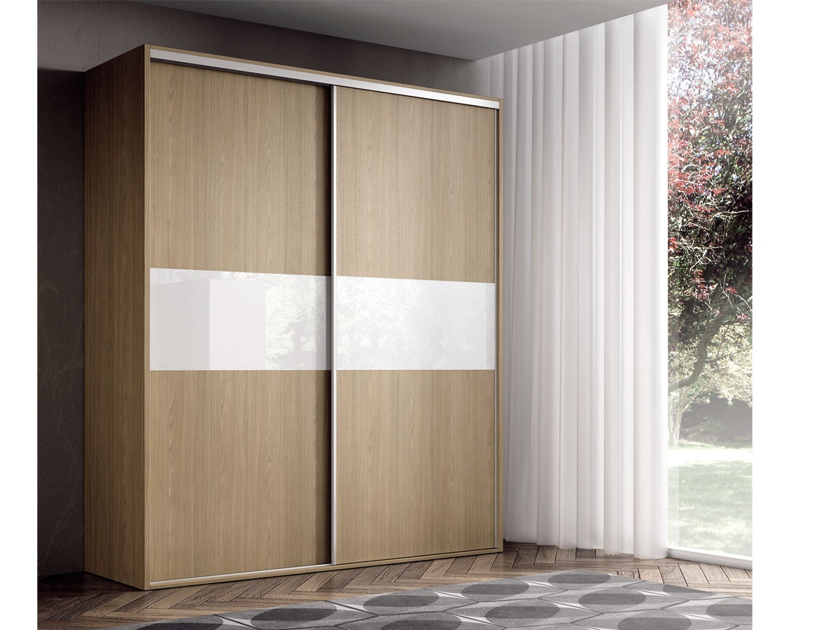 Armario con frente de cristal y puerta corredera for Armarios altos para dormitorio