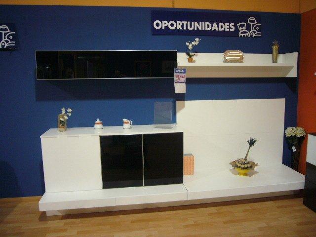 Mueble de comedor blanco con estanterías y vitrinas cristal negro