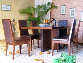 Sillas tapizadas en madera de nogal for Akasa muebles