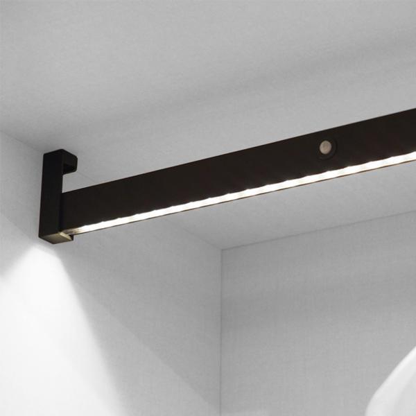 Emuca Barra para armario con luz LED, regulable 1.008-1.158 mm, batería extraible, sensor de movimiento, Luz Blanca natural, Aluminio, Color moka