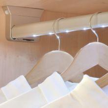 Barra de armario LED a pilas Rainbow Emuca A 558 mm luz blanca fría con sensor de movimiento en la izquierda - Ítem3