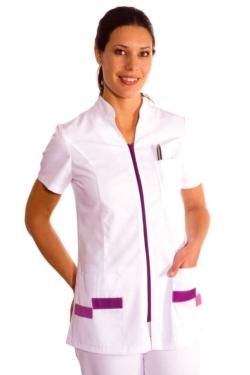 Jaqueta per a sanitat, estètica i comerç entallada amb detalls en color morat
