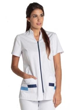 Elegante casaca sanitaria con cuello mao y adorno azul en los bolsillos